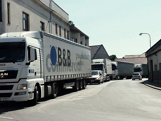Doprava v Sezemicích kvůli uzavírce v Býšti zažívá krušné časy.