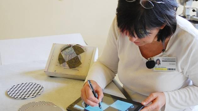Hana Adámková s tabletem určeným pro léčbu tupozrakosti