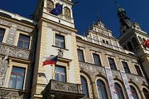Vlajky podpory vyvěsili radnice, firmy i jednotlivci.