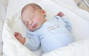 Jan Sirový se narodil 29. 10. v 00.01 hodin s mírami 48 cm a 2490 gramů. Rodiče Lenka a Lukáš jsou z Pardubic.
