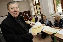 K volbám v pátek přišel i ředitel Východočeského divadla v Pardubicích Petr Dohnal