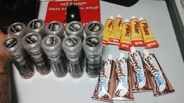 Zvláštní skupina zboží, které se zlodějka pokusila ukrást. Sladká smetana a deset pixel chilli.