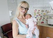 LEONTÝNA SALFICKÁ se narodila 9. října v 16 hodin a 42 minut. Měřila 48 centimetrů a vážila 2860 gramů. Maminku Světlanu podpořil u porodu tatínek Martin. Doma v Bousově na nového sourozence čeká devatenáctiletý Martin a čtrnáctiletá Andrea.