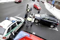 Terénní BMW a stříbrný renault se srazily v křižovatce.
