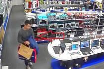 Poznáte muže, který v Pardubicích ukradl počítač?