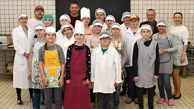 Adventní pečení cukroví si žáci ze ZŠ Rybitví užili.