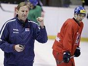 Trenér Alois Hadamczik (vpravo) a Patrik Eliáš na kempu hokejové reprezentace v Kravařích.