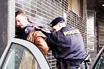 """Začátek pochodu. Jeden z """"protestujících"""" - místní silně opilý bezdomovec - zamířil s policejní asistencí na záchytku za výtržnosti a opakované narušování veřejného pořádku."""