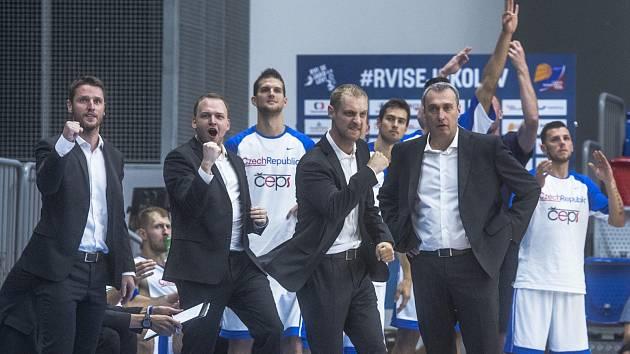 Manažer reprezentace Michal Šob (druhý zprava) a trenér Ronen Gingburg (vpravo v první řadě).