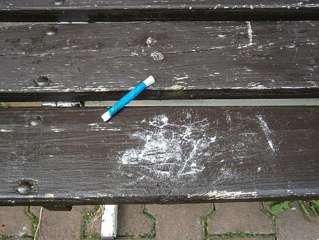 Šnupací brčko i se zbytky drogy našli strážníci přímo na lavičce.