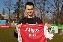 "Matěj ""Miki"" Mikan s dresem FK Pardubice"