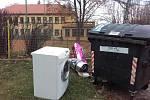 Velkoobjemový odpad k popelnicím nepatří. Některé obyvatele Chvaletic to ale netrápí.
