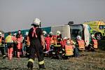 Vážná nehoda na Holicku. Autobusu s asi šedesáti lidmi za jízdy zřejmě praskla pneumatika a převrátil se do pole.
