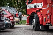Zlomit žebřík do zatáčky kolem zaparkovaných aut? Napoprvé nemožný úkol.