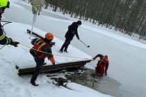 Hasiči a strážníci z Lázní Bohdaneč testovali tloušťku ledu