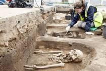 Při stavbě kanalizace v Kuněticích odhalili deset hrobů