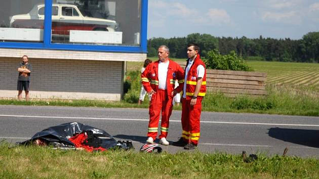 Mladý motorkář zemřel na místě, jeho spolujezdkyně o pár desítek minut později v nemocnici