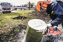 Vichřice zametla centrum Pardubic. Kolem hotelu Labe museli popadané stromy likvidovat pardubičtí dobrovolní hasiči.