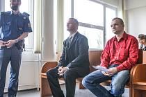 Martin Králík a Jiří Galař (vpravo) u pardubické pobočky hradeckého krajského soudu příliš neuspěli. Soud jejich vinu potvrdil a pouze Králíkovi uložil mírnější trest.