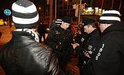 Policisté nakonec skupinku hradeckých fandů od ČEZ Arény vytlačili
