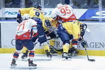 Hokejové utkání Generali Česká Cup v ledním hokeji mezi HC Dynamo Pardubice (v bíločerveném) a PSG Berani Zlín (ve žlutomodrém) v pardubické enterie areně.