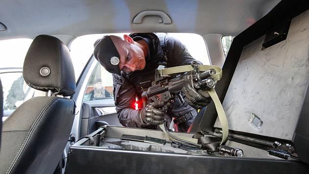 Pardubičtí policisté převzali devět nových aut se speciální výbavou. Sloužit budou hlídkám po celém kraji. Ještě letos dostane krajské ředitelství dalších 37 aut.