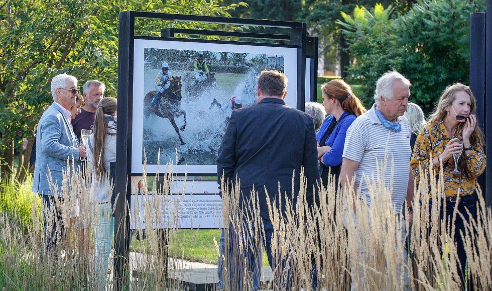 Výstava s názvem Dostihy očima Romana Vondrouše a Bohumila Křižana v pardubických Tyršových sadech.