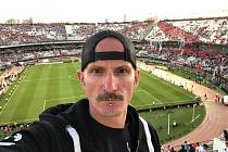 Sám mezi fanoušky River Plate. Miloslav Urbanec zavítal omylem na místo největších ultras.