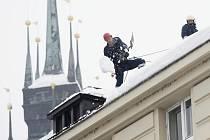 Sníh ze střechy pardubického magistrátu shazovali hasiči více než hodinu a půl