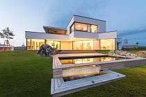Novostavba rodinného domu, Polička. Cena udělena za excelentní stavebně technické řešení a dokonalé provedení stavby, citlivé umístění v terénu, vyváženost exteriéru a interiéru, uživatelský komfort a vzorovou spolupráci celého týmu.