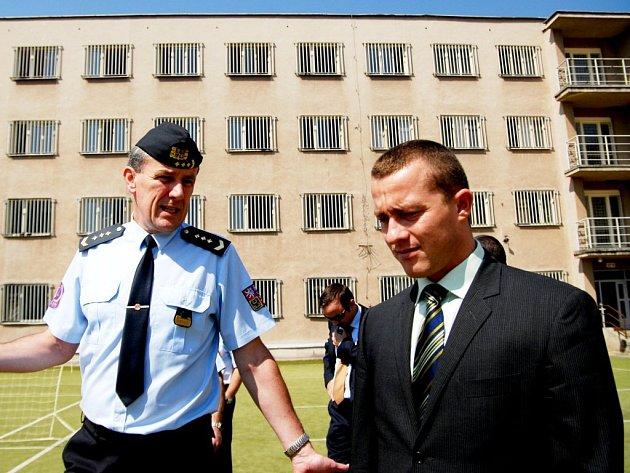 Martin Moulis (vpravo) s ředitelem pardubické věznice Jiřím Trégelem