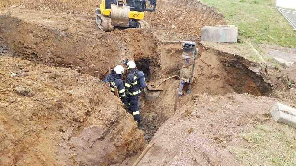 Profesionální hasiči z Přelouče dnes zasahovali ve Chvaleticích na stavbě u překopnuté přípojky plynu.