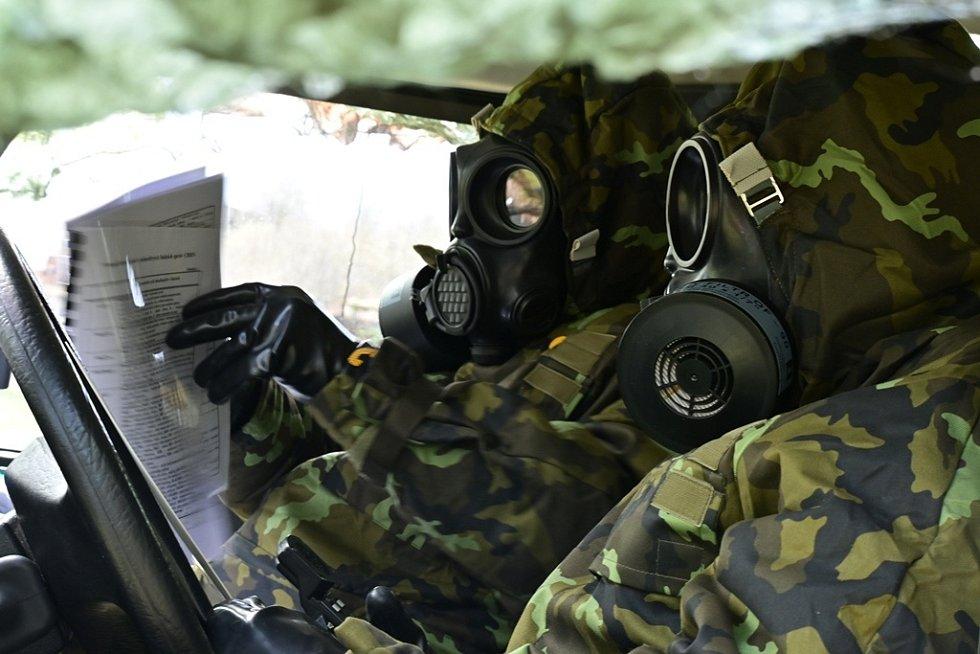 Vojáci sestavují CBRN zprávu.