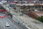 Řidiči si zkracují cestu úzkým podchodem pro pěší pod uzavřeným nadjezdem