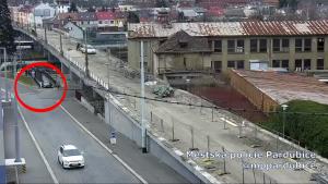 Řidiči jsou stále vynalézavější a drzejší. Někteří začali pro svou jízdu využívat podchod pro pěší, který vede pod opravovaným nadjezdem v Kyjevské u nemocnice