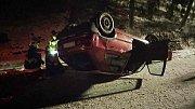 Auto u Jablonného nad Orlicí skončilo na střeše.