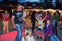Martina v Rovni pozvala malá děvčata na taneční parket. Rozhodně jim nedal košem.