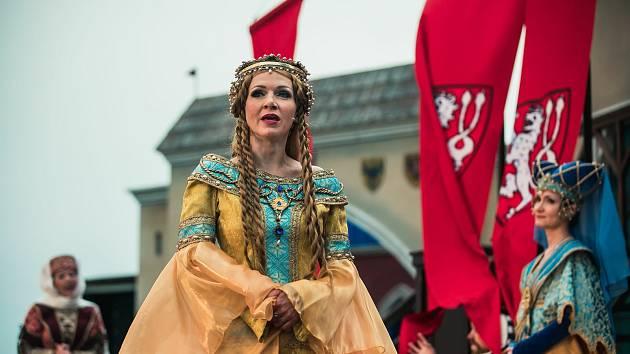 Martina Sikorová jako královna Eliška Pomořanská v inscenaci Noc na Karlštejně.