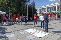 Obyčejné dlaždice mizí. Na chodníku slávy přibyli Jiří Novák a Jan Procházka.
