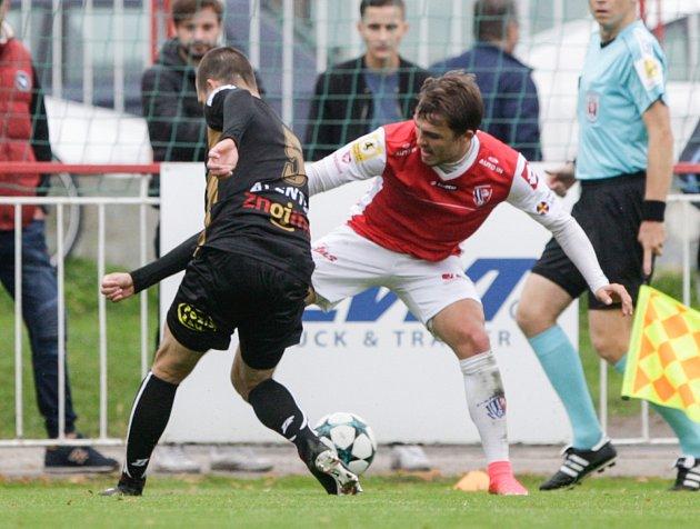 Utkání Fotbalové národní ligy mezi FK Pardubice (ve červenobílém) a 1.SC Znojmo FK (včerném) na hřišti pod Vinicí vPardubicích.
