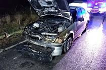 Řidič při jízdě nejdříve ucítil kouř a pak vyšlehly plameny