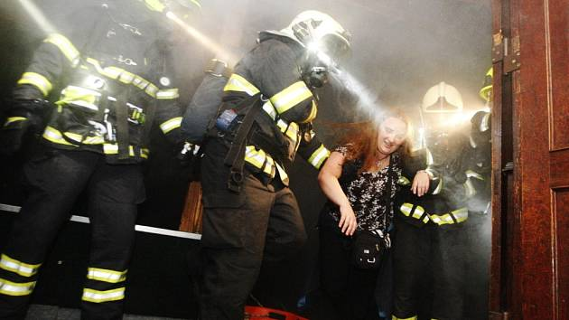 Důkladný průzkum, záchranu osob, ale i zvládnutí davu. To vše si v noci ve středu vyzkoušeli profesionální a dobrovolní hasiči na diskotéce v Cholticích, která se pro ně cvičně proměnila v hořící peklo.