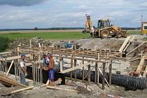 Dva mosty přes potok Ředička v současné době procházejí rozsáhlou rekonstrukcí