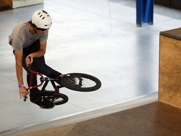 Bikeři v pardubickém skateparku