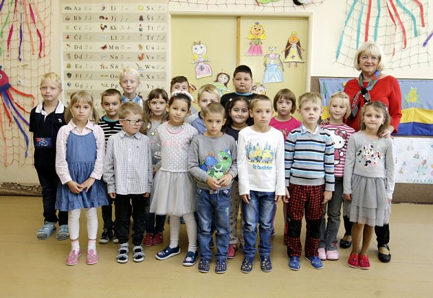 Žáci 1.D ze ZŠ Prodloužená vPardubicích spaní učitelkou Drahomírou Altmanovou.