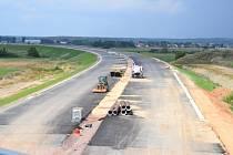 Z nového nadjezdu u Ředic je dobře vidět i na stavbu samotné dálnice. Pozorovat tak lze stavbu mostů přes Ředický potok či výstavbu hlavní trasy směrem k Rokytnu.