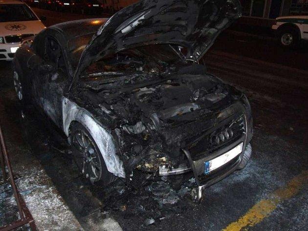 Vozidlo Audi zapáli někdo úmyslně.