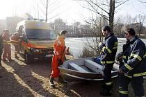Nezodpovědný bruslař zaměstnal v Pardubicích záchranku, policisty i hasiče.
