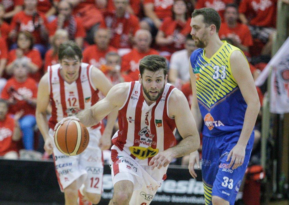 7. čtvrtfinále basketbalu mezi BK JIP Pardubice (v bíločerveném) a SLUNETA Ústí nad Labem (v modrožlutém) v pardubické hale na Dašické.