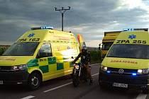 Motorkář u nehody byl zřejmě nedočkavý. Dojel až mezi sanity zasahujících záchranářů.